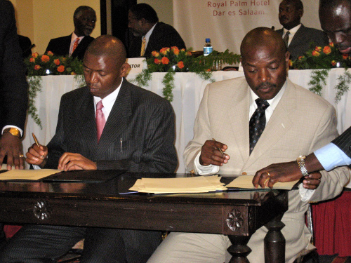 President Nkurunziza and FNL leader Agathon Rwasa sign the 2005 peace accord.