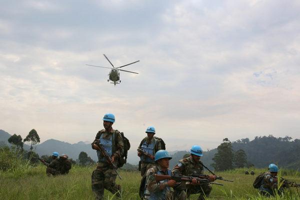 Kashebere, Nord-Kivu, RD Congo: Piste d'atterrissage d'hélicoptère gardée par les éléments du Contingent Indien à Kashebere.