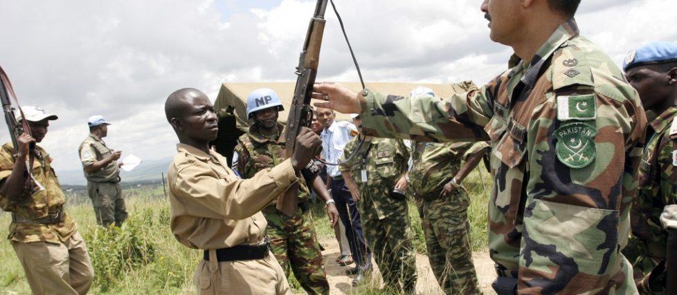 Un rebelle CNDD-FDD abandonne son arme dans Mbanda, le Burundi, février 2005