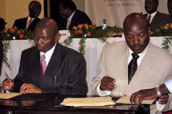 A ceasefire is signed by President Nkurunziza (right) and PALIPEHUTU-FNL leader Agathon Rwasa in September 2006.