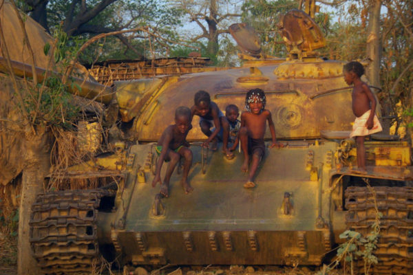 children-on-tank