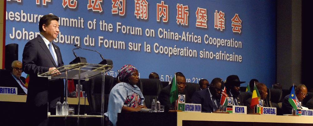 Le président chinois Xi Jinping parle au Forum sur la coopération sino-africaine en 2015. Fondeé en 2000, le sommet se réunit tous les trois ans. Entre les sommets, un comité de suivi des institutions chinoises et africaines met en œuvre et surveille un large gamme de programmes.