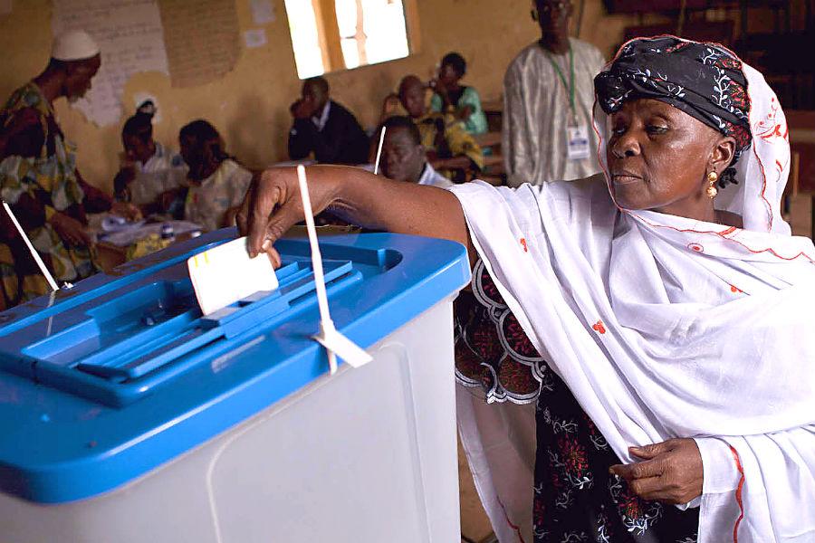A Malian woman votes in 2013