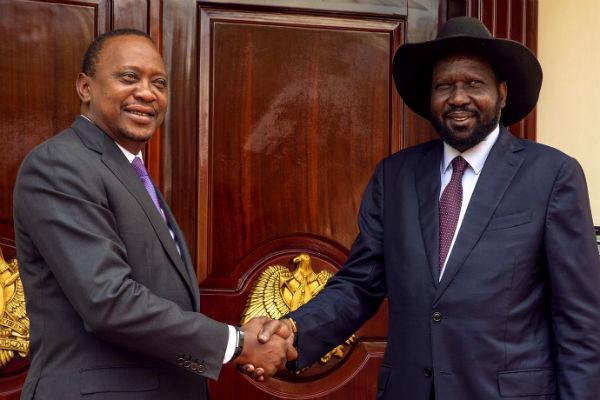 """رئيس كينيا """"كينياتا """" يصافح رئيس جنوب السودان """"كيير"""" (تصوير: UNMISS)"""