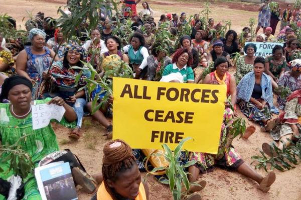Des femmes protestent à Bamenda, au Cameroun, en réponse à l' attaque du 3 septembre 2018 contre l'école presbytérienne de sciences et technologies de Bafut, où six étudiants ont été enlevés. (Photo: VOA/oki Edwin Kindzeka)
