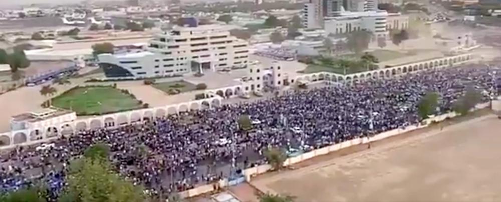 Transition au Soudan : Des Soudanais manifestent devant le quartier général de l'armée à Khartoum, le 8 avril 2019.