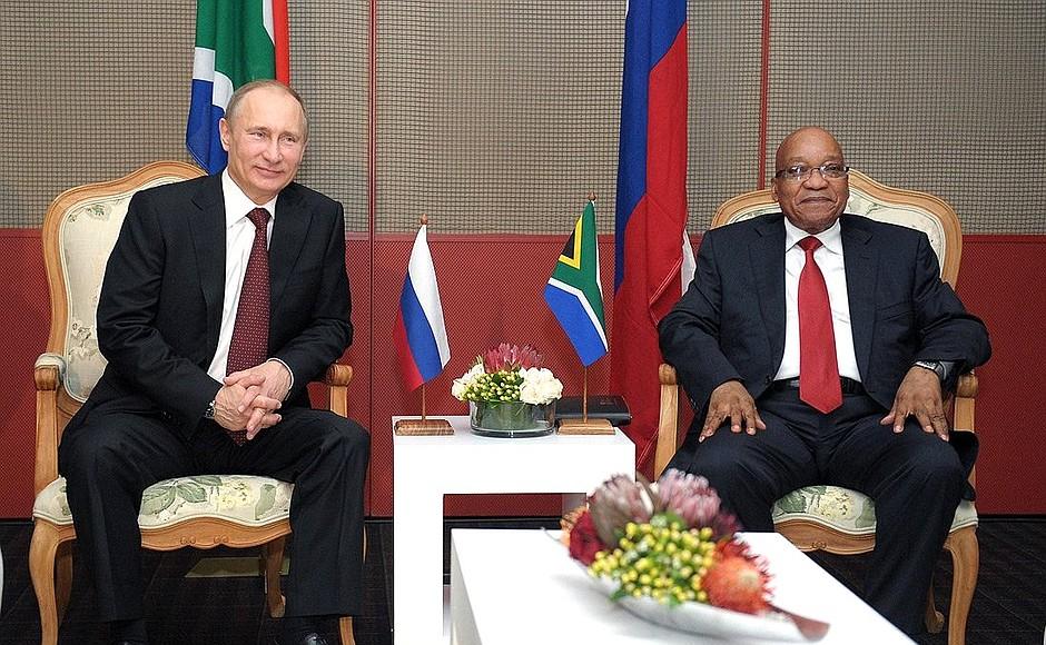 Vladimir Poutine avec l'ancien président sud-africain Jacob Zuma en 2013.