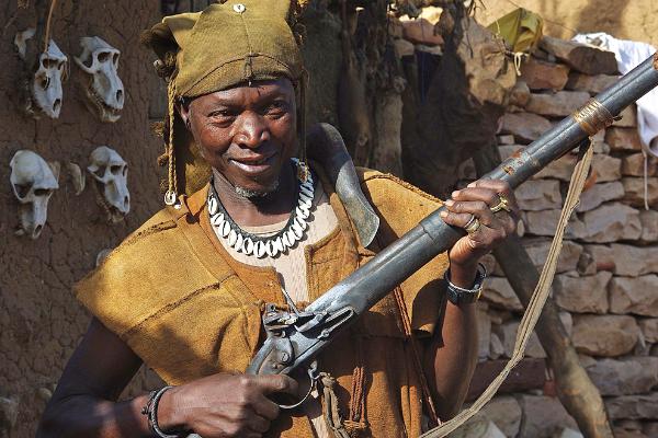 Un chasseur dozo du pays dogon.